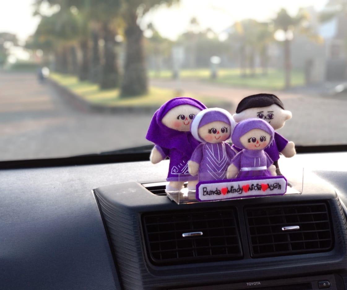 Hiasan-dashboard-mobil-boneka-keluarga-unggu