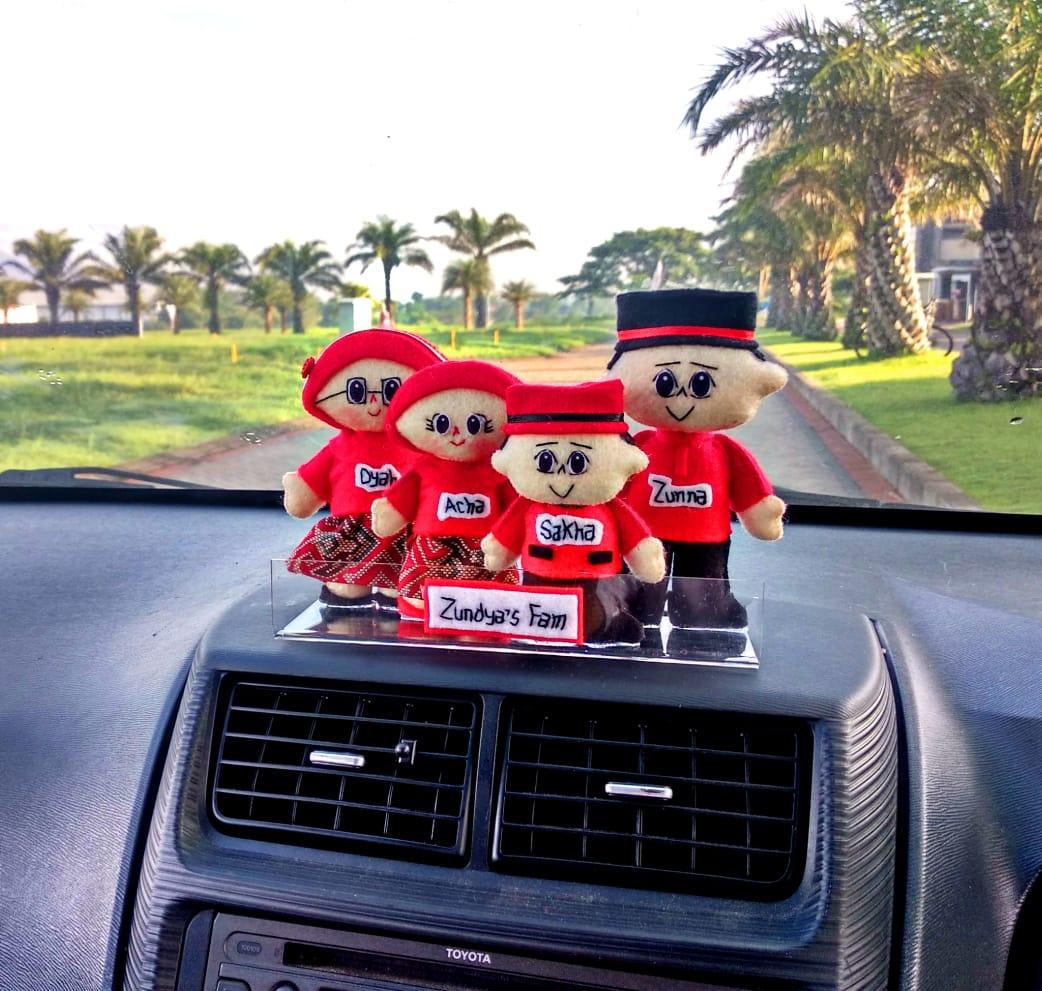boneka-dashboard-keluarga-merah
