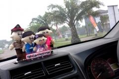 hiasan-dashboard-mobil-boneka-polisi-keluarga-2-anak